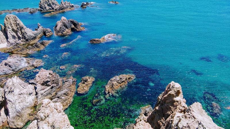 Arrecife cercano al faro de Cabo de Gata